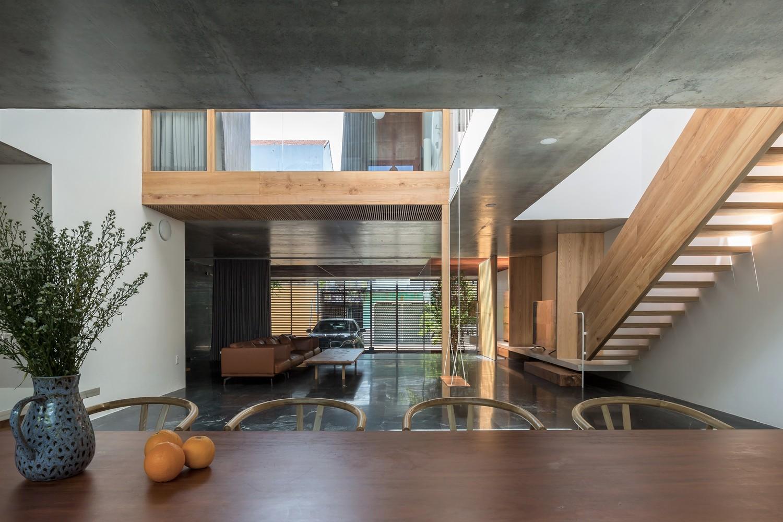 Màu sắc tự nhiên, cấu trúc nhẹ nhàng của gỗ sồi làm giảm cảm giác nặng nề, thô cứng từ các kết cấu bê tông xung quanh.