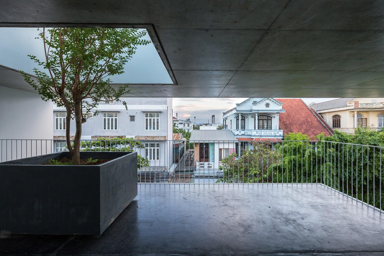 Những mảng xanh xuất hiện xen kẽ không gian trong nhà, đưa thiên nhiên đến gần hơn với cuộc sống con người.