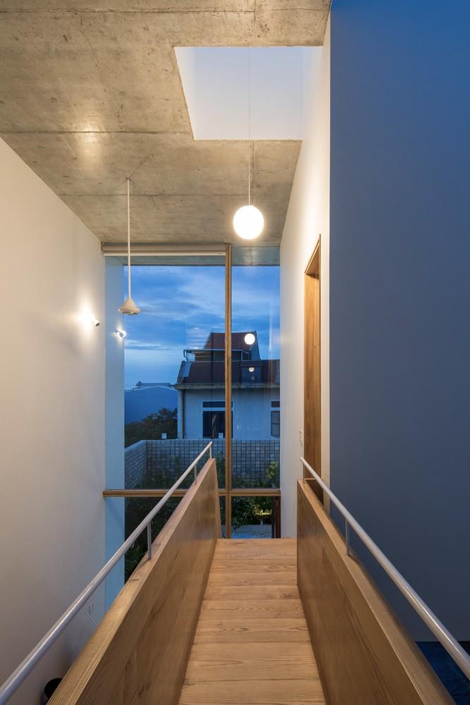 Kết cấu gỗ được xử lý đơn giản, để lộ màu sắc tự nhiên nhằm tạo vẻ thanh thoát cho ngôi nhà.