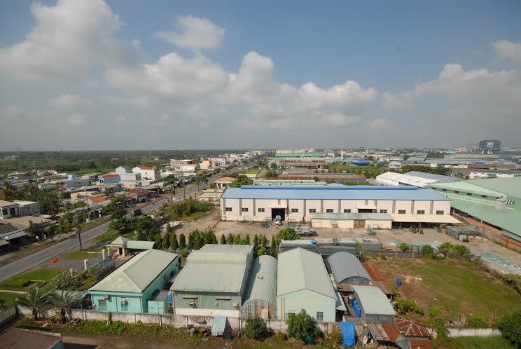 산업 지역, 주택은 큰 도로 옆에 있습니다.