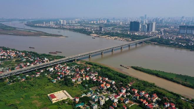 thành phố hai bên sông hồng có cầu bắc qua sông