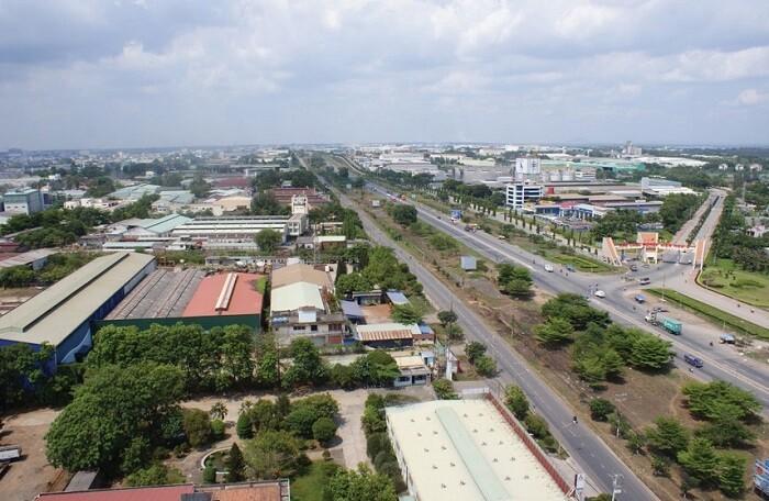 nhiều nhà ở nằm cạnh đường giao thông