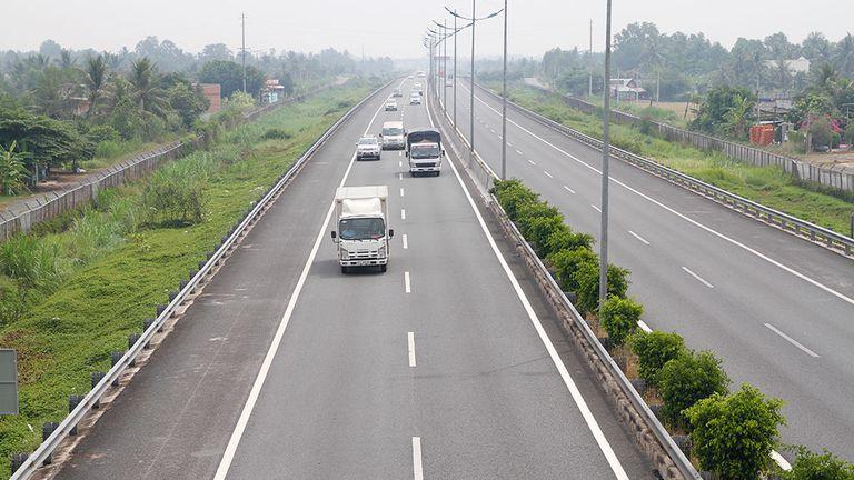 cao tốc có ô tô đang chạy