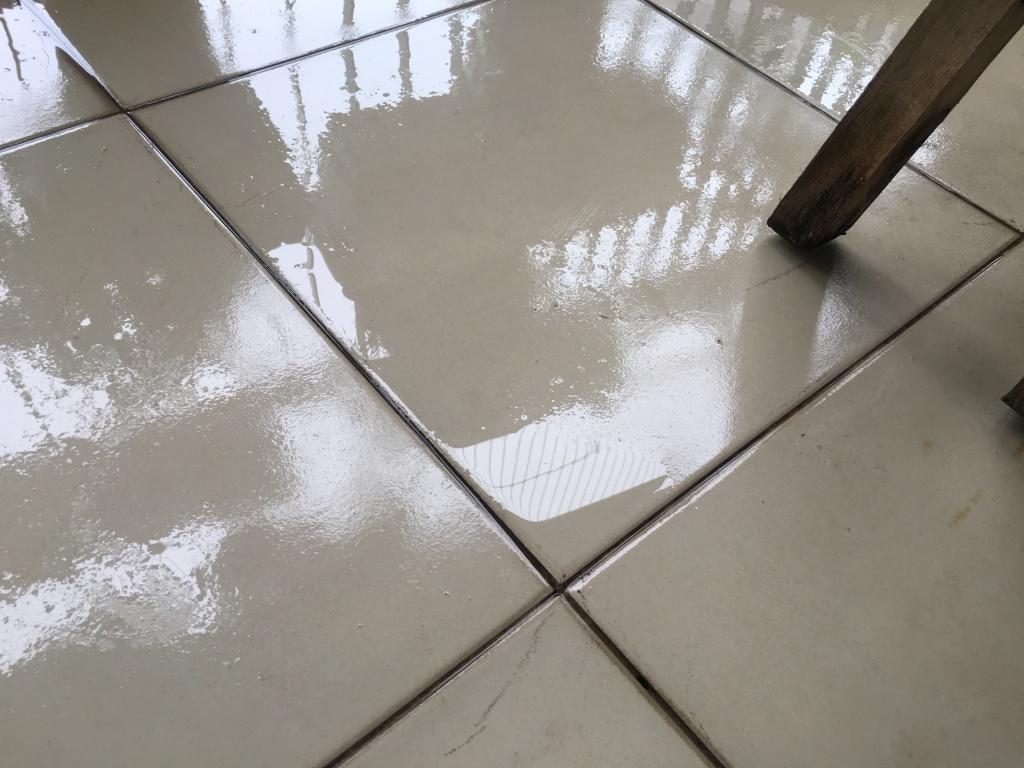 Nền nhà ẩm ướt khi trời nồm