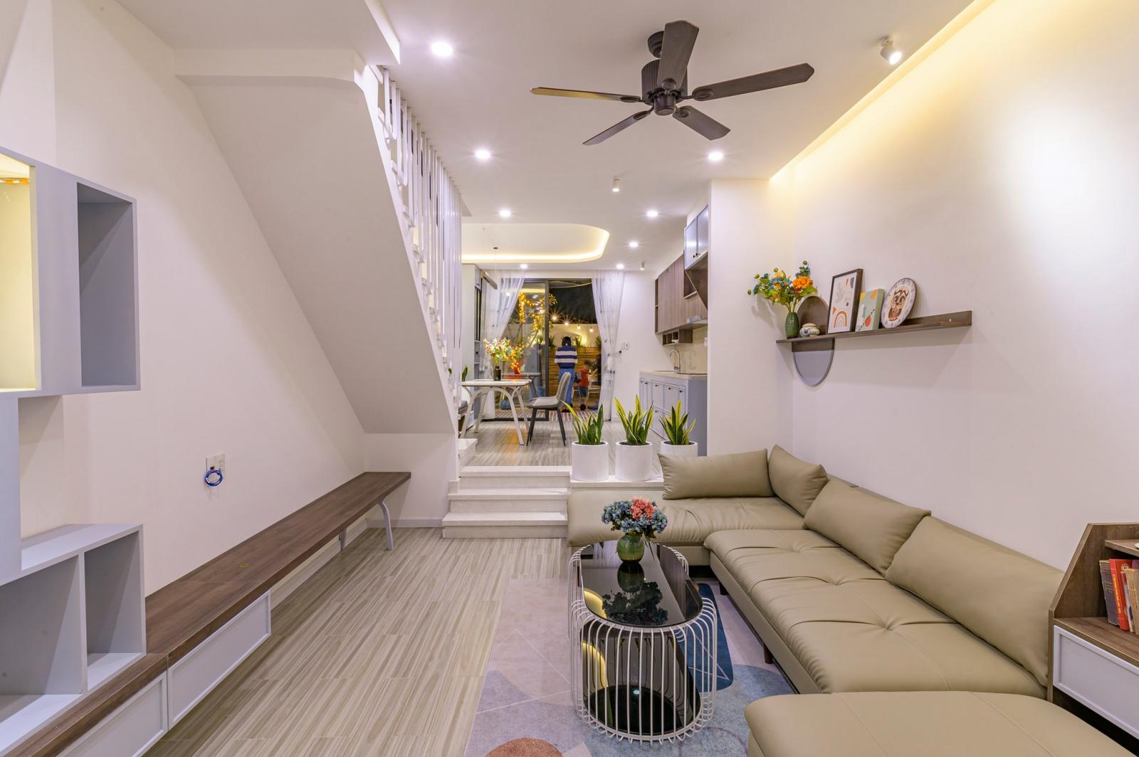 Phòng khách và bếp nhà phố