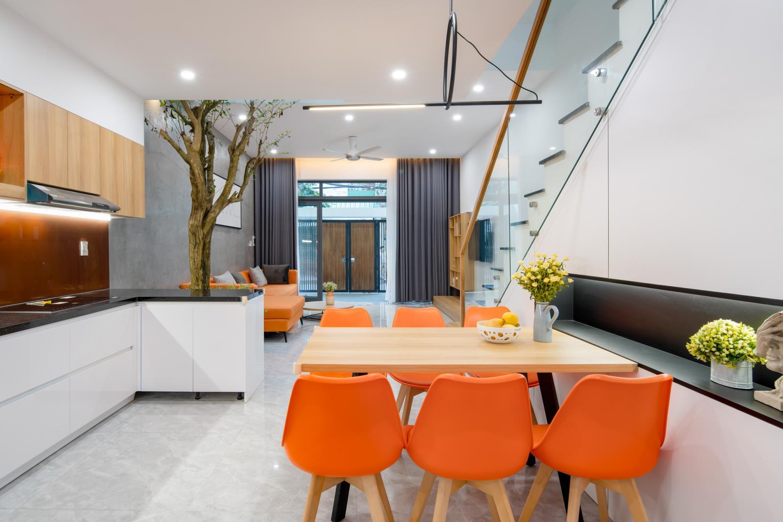 bộ bàn ăn với ghế màu cam