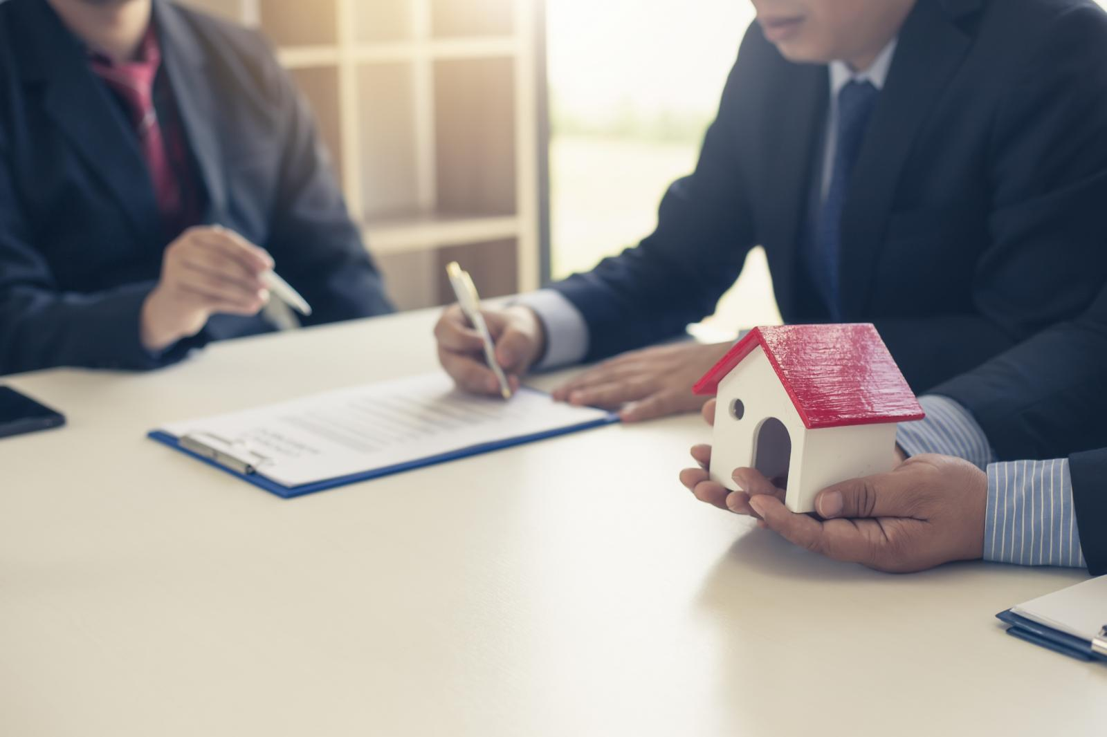 ảnh minh họa buổi ký hợp đồng mua nhà