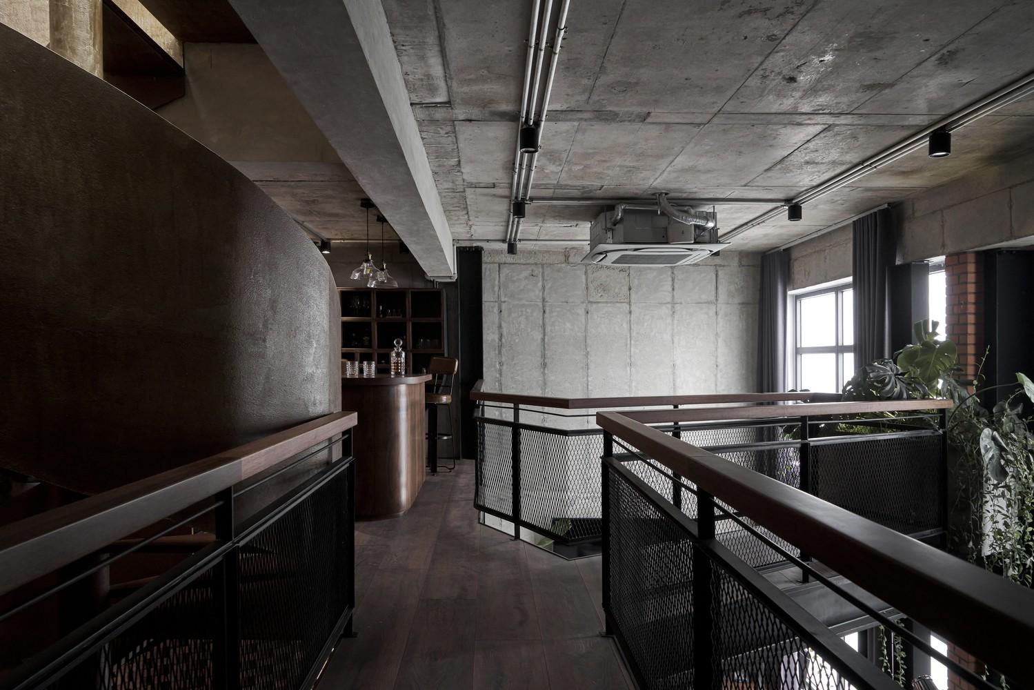 Tuy nhiên, do hệ thống kết cấu bằng thép khá nặng và cồng kềnh nên quá trình vận chuyển lên tầng 33 và lắp đặt cũng gặp phải một số khó khăn.