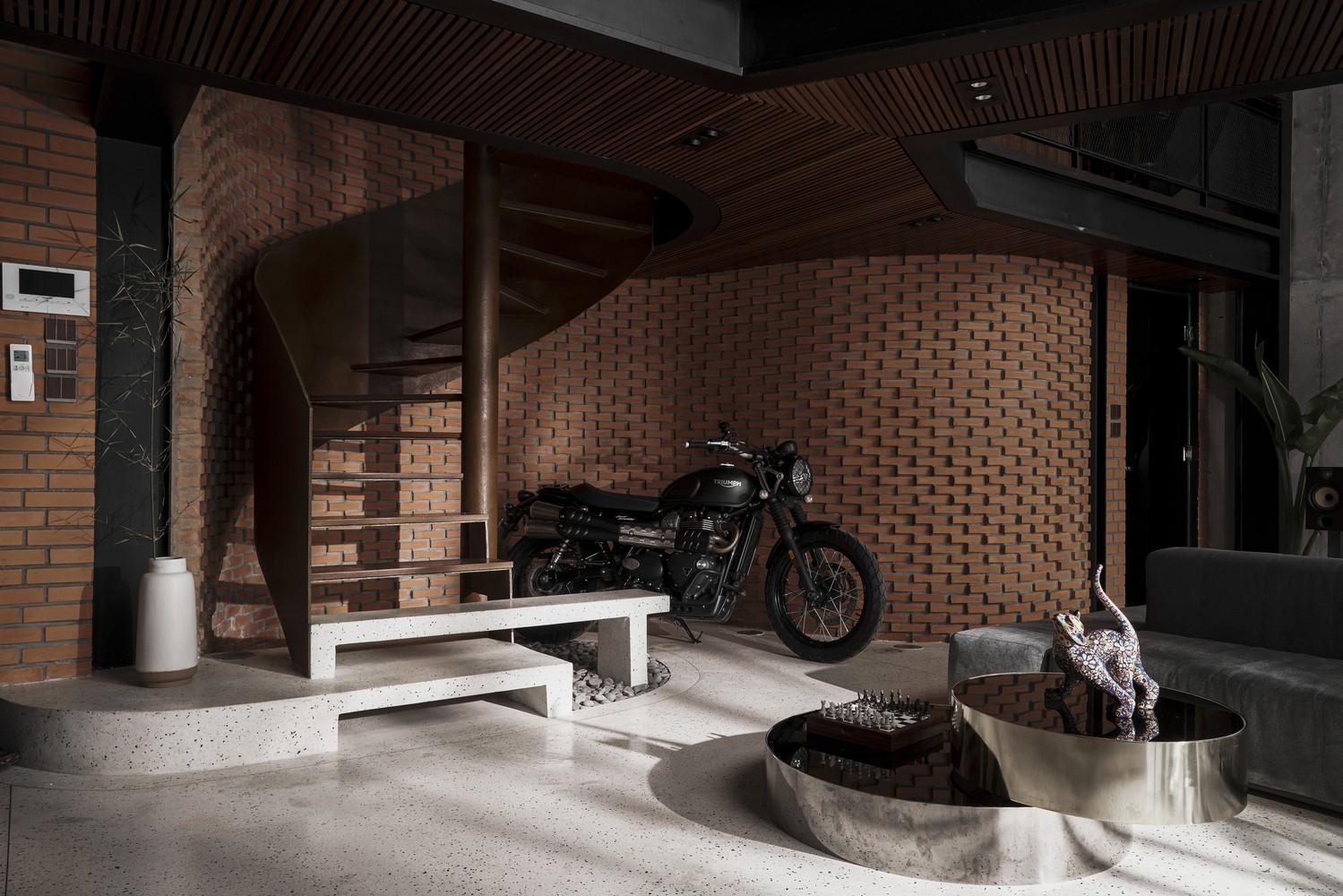 Căn hộ được cải tạo thêm hệ thống gác lửng làm bằng thép, kết nối với tầng trệt qua cầu thang uốn lượn đẹp mắt.