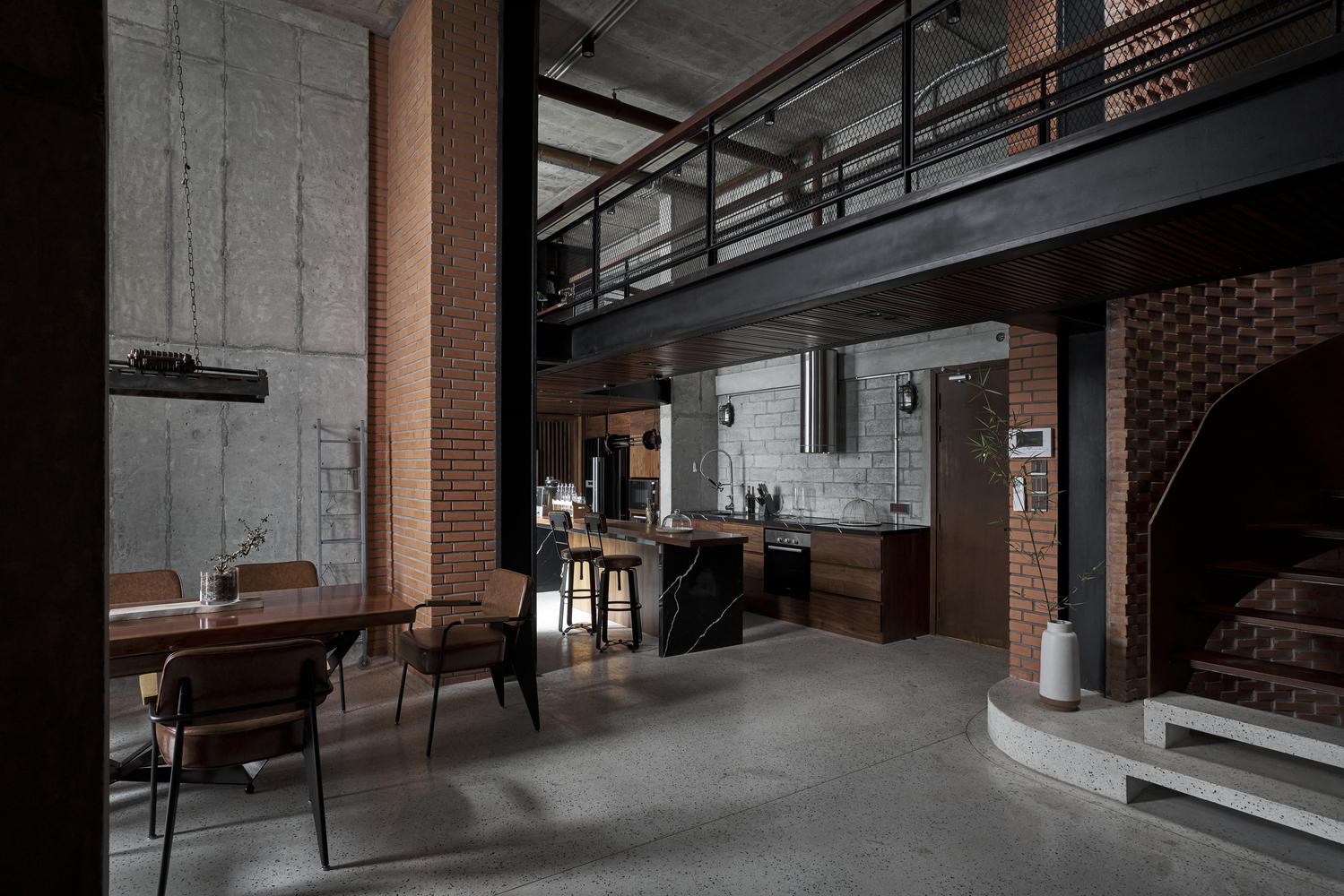 Việc cải tạo thêm gác lửng không gặp nhiều trở ngại nhờ căn hộ có trần khá cao và thoáng.