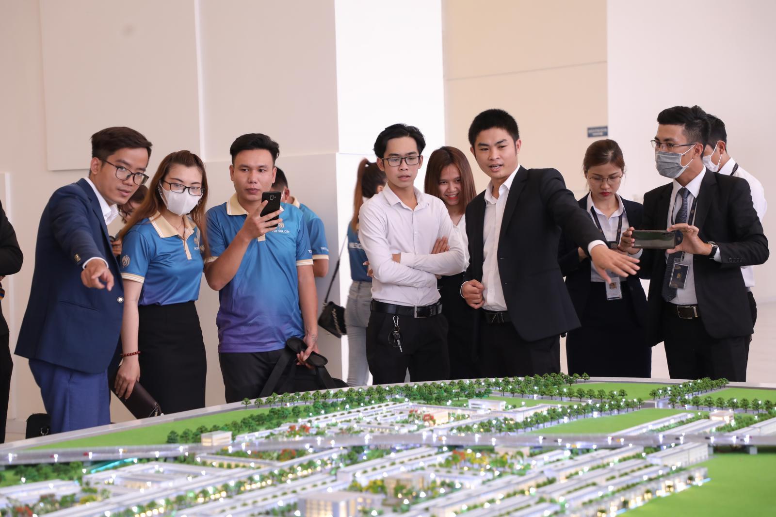 Khách hàng xem sa bàn một dự án bất động sản vùng ven.