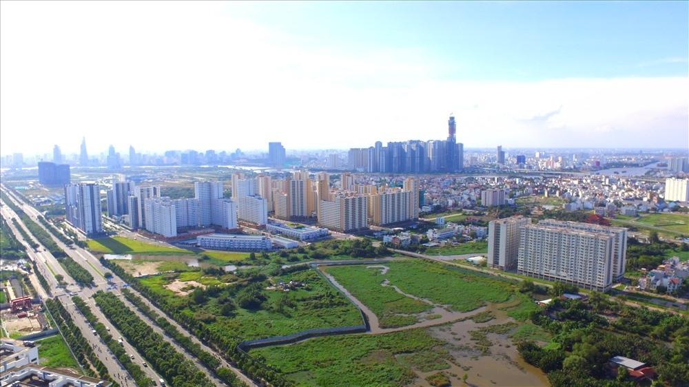thành phố nhìn từ trên cao có cao tốc, nhiều nhà cao tầng
