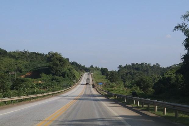 đường cao tốc, hai bên đường có nhiều cây xanh