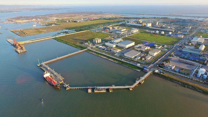 công trình xây dựng, bãi đất trống gần biển