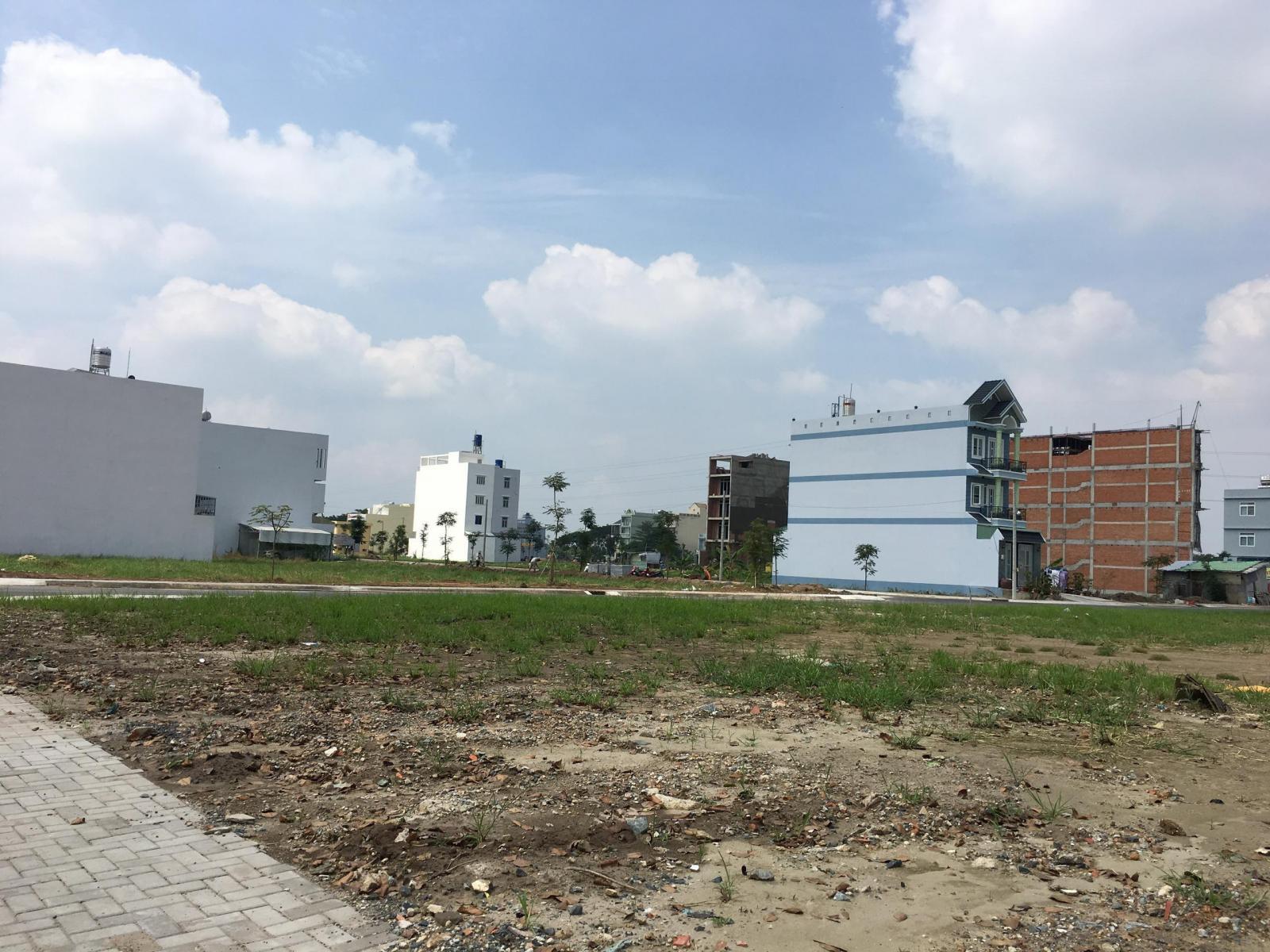 khu đất trống và ngôi nhà phía xa