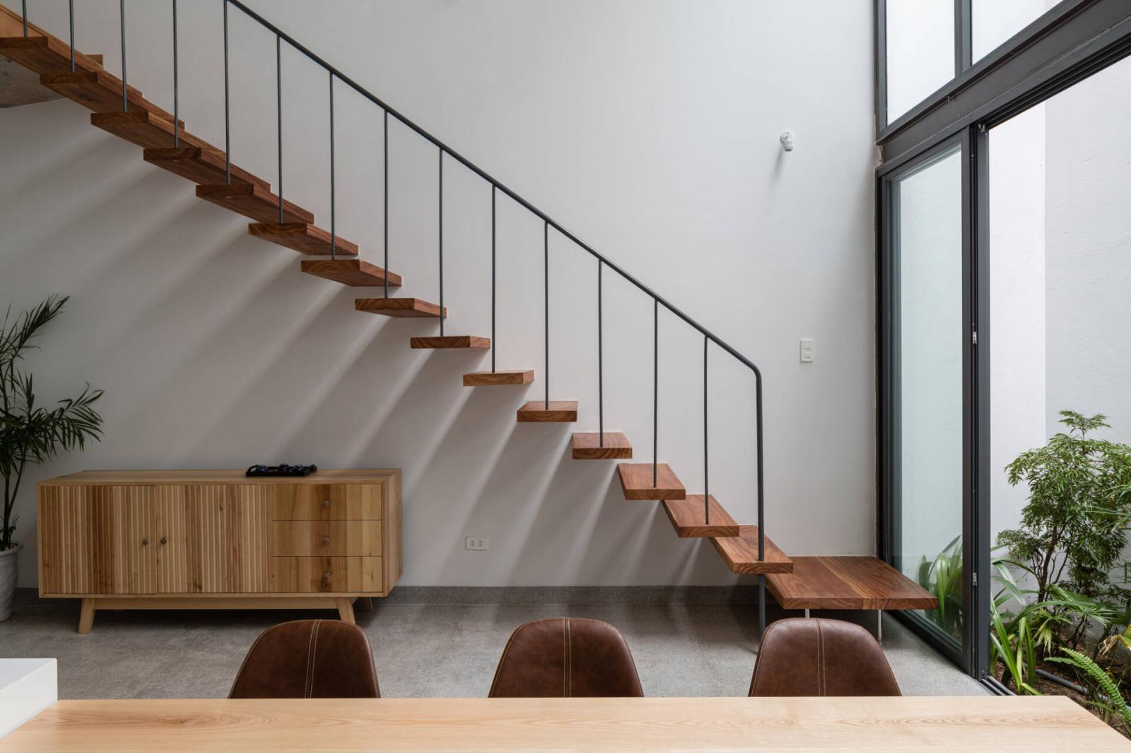 Bạn có thể thử chọn các mẫu cầu thang dọc nhà như thế này để tiết kiệmdiện tích