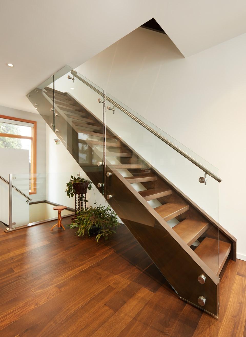 mẫu cầu thang dựa sát tường giúp tối ưu không gian