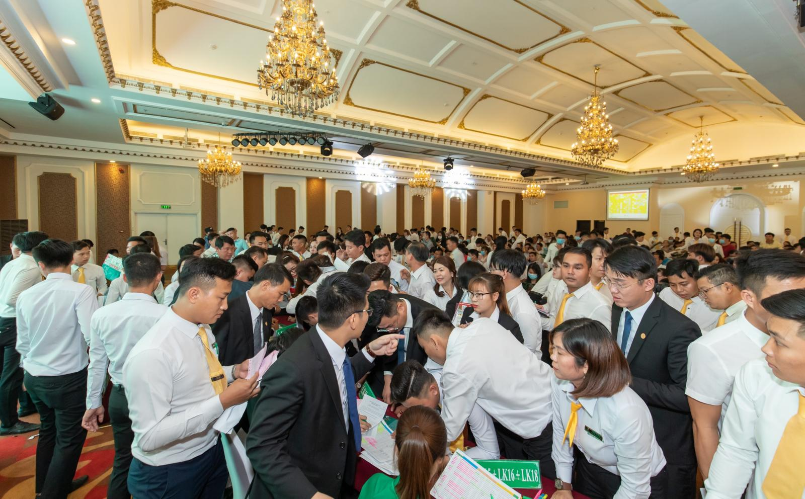 nhiều người tham gia lễ mở bán dự án