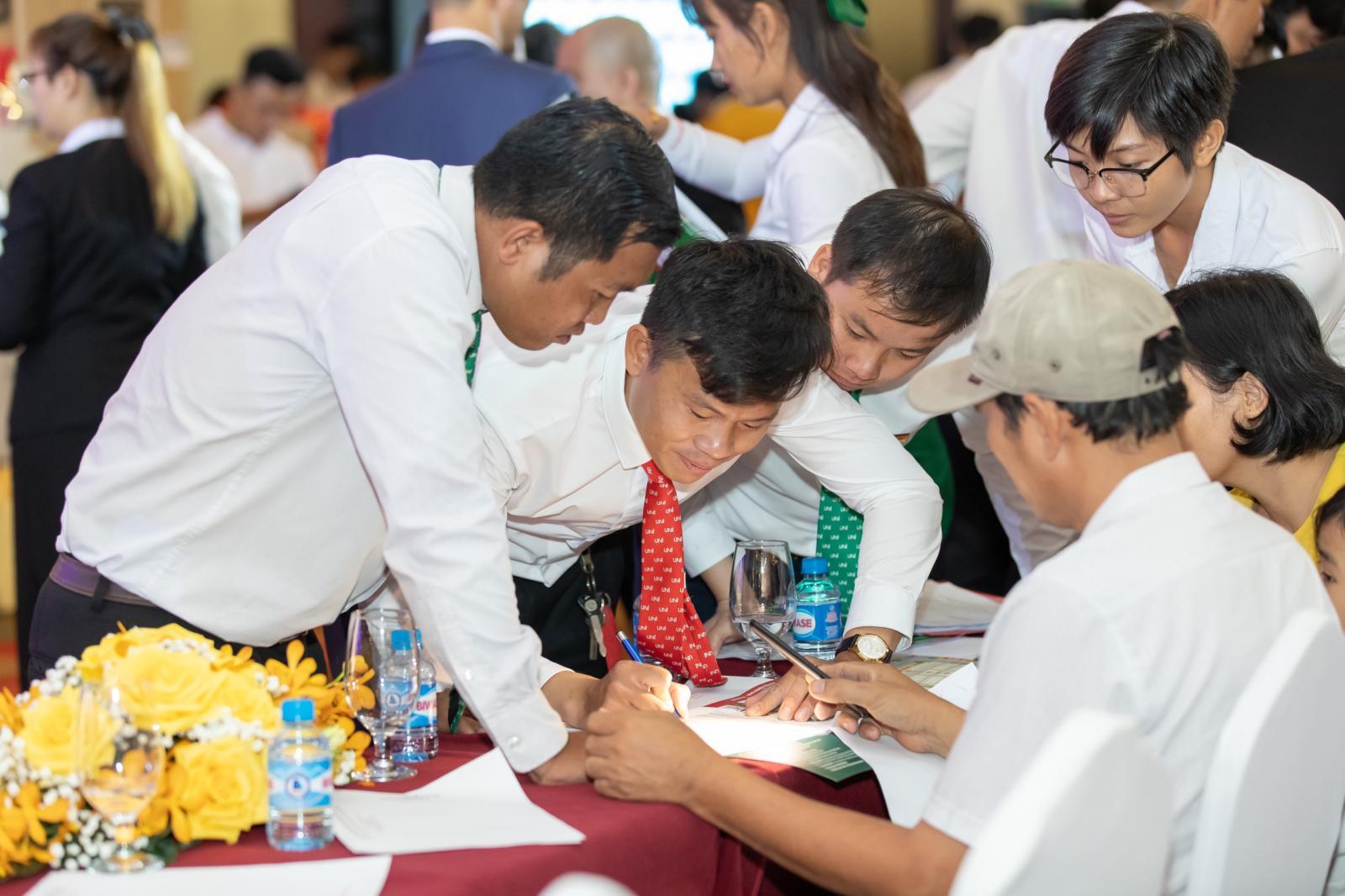 nhóm người đang hướng dẫn hoàn thiện thủ tục giấy tờ
