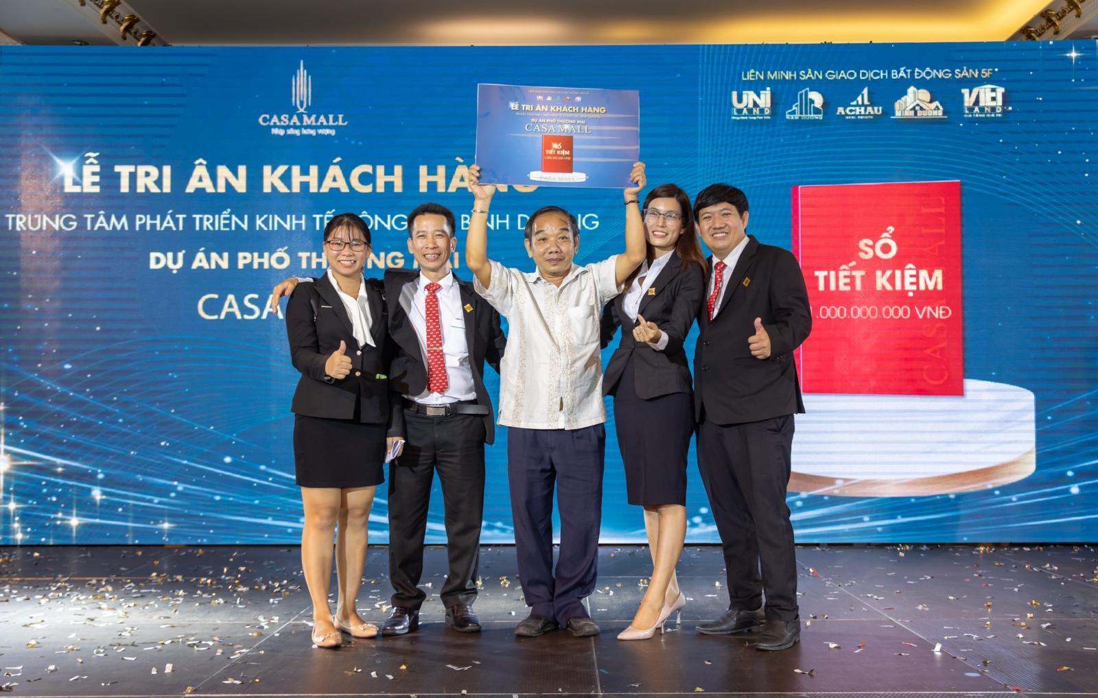 5 người đứng trên sân khấu nhận giải