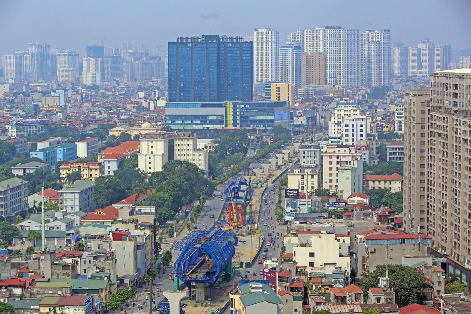 đường vành đai đi qua thành phố, nhiều tòa nhà cao tầng