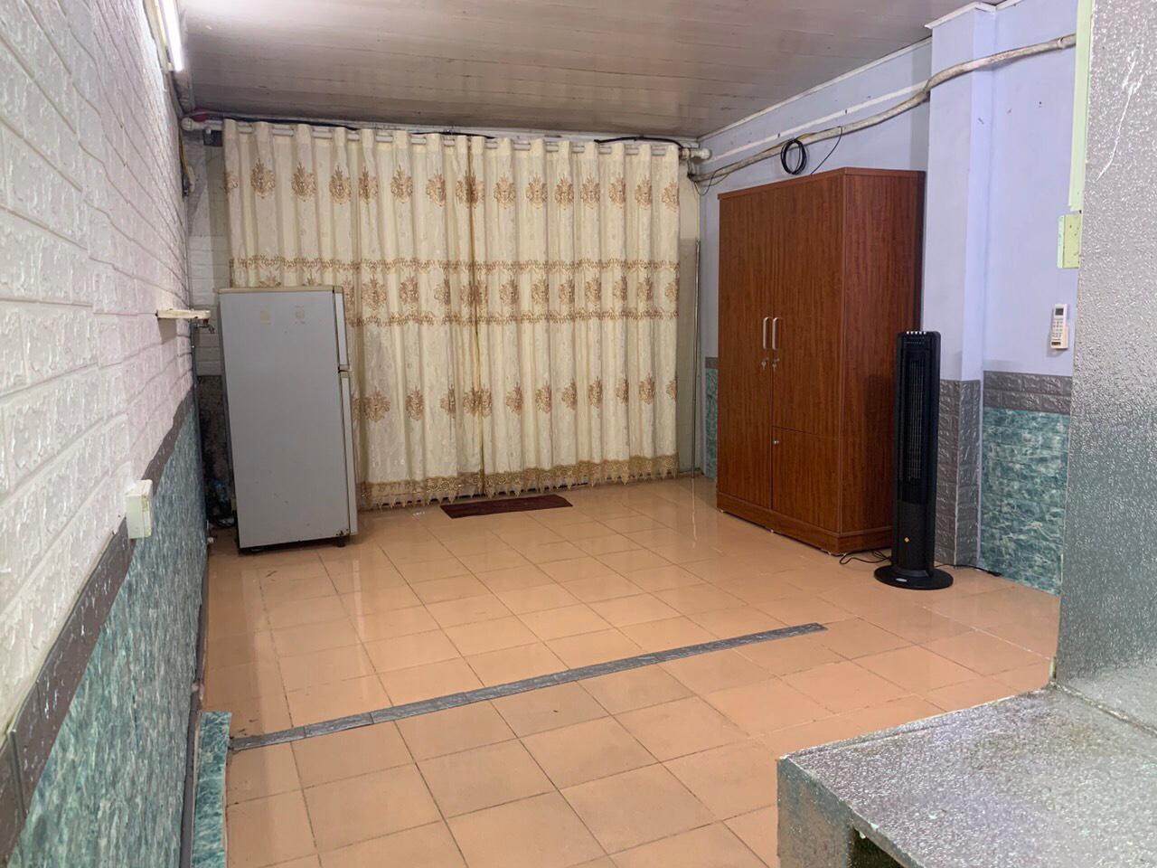 bên trong căn phòng có tủ, tủ lạnh và rèm