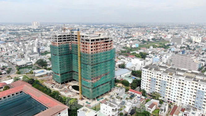 tòa nhà cao tầng đang xây dựng trong thành phố