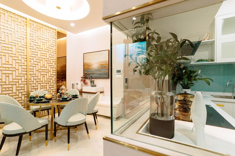 khu bàn ăn và bếp trong căn hộ chung cư