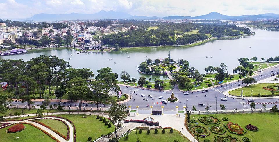 một góc thành phố có hồ nước, cây xanh