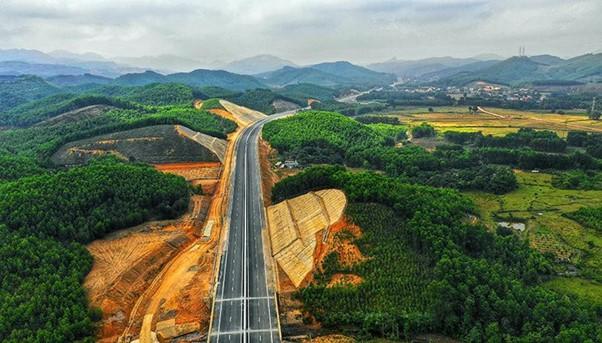 đường cao tốc đi qua rừng, nhiều cây cối