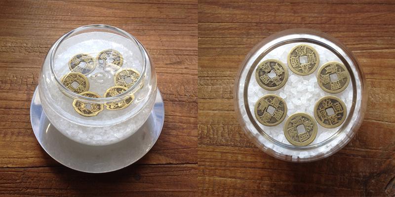 Hũ muối đặt đồng xu để hóa giải phong thủy xấu.