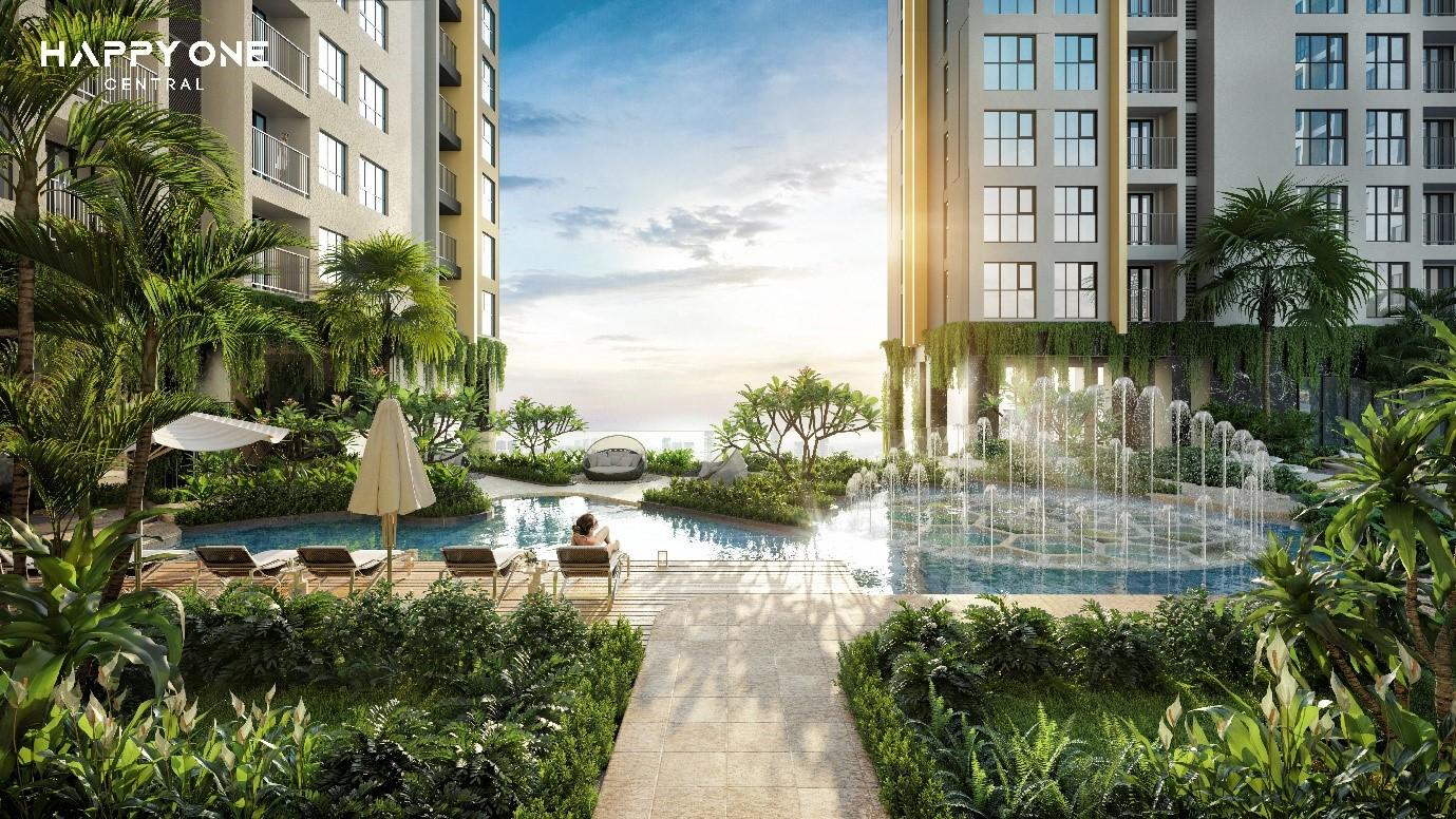bể bơi nằm giữa có hai toà nhà cao tầng hai bên