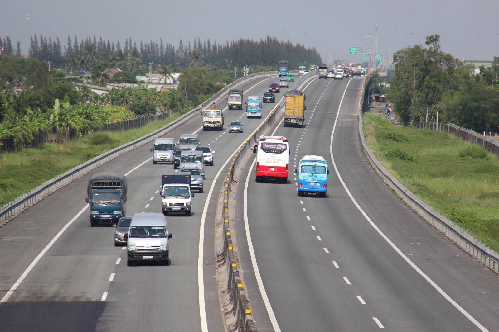 đường cao tốc có nhiều ô tô đang chạy