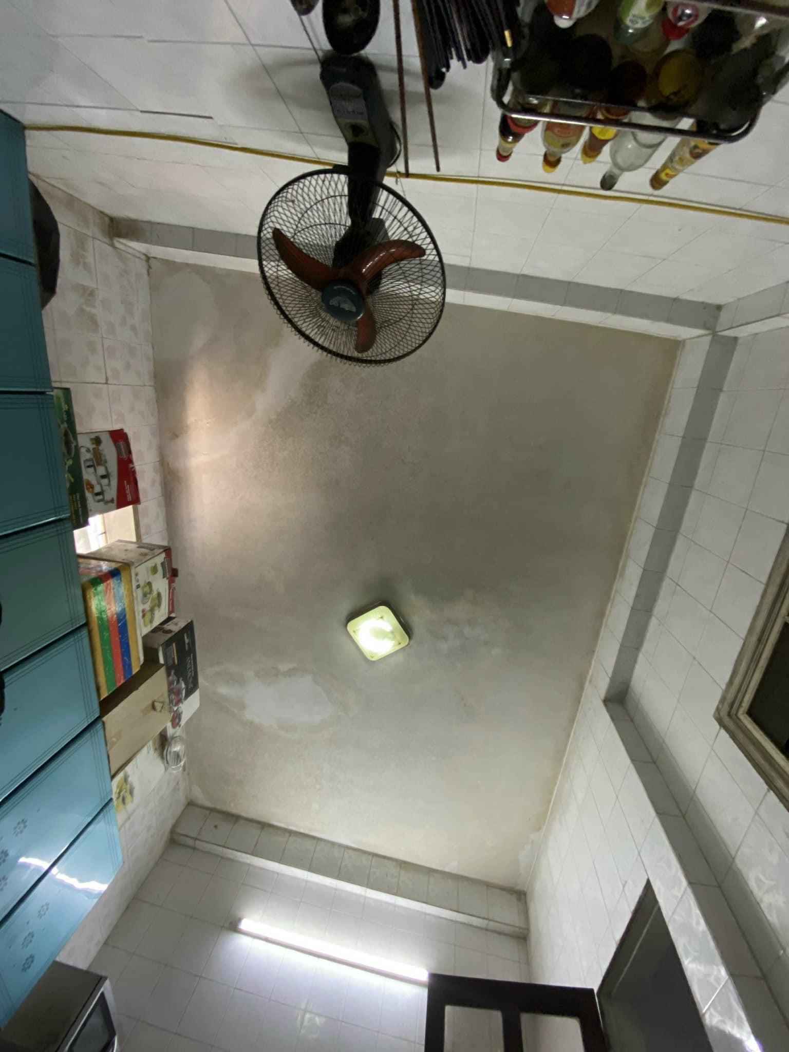 trần nhà nhìn từ dưới
