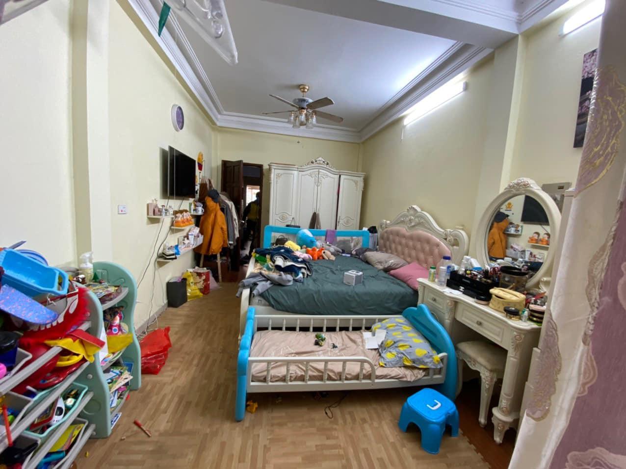 2 giường ngủ, tủ và nhiều đồ đạc trong phòng