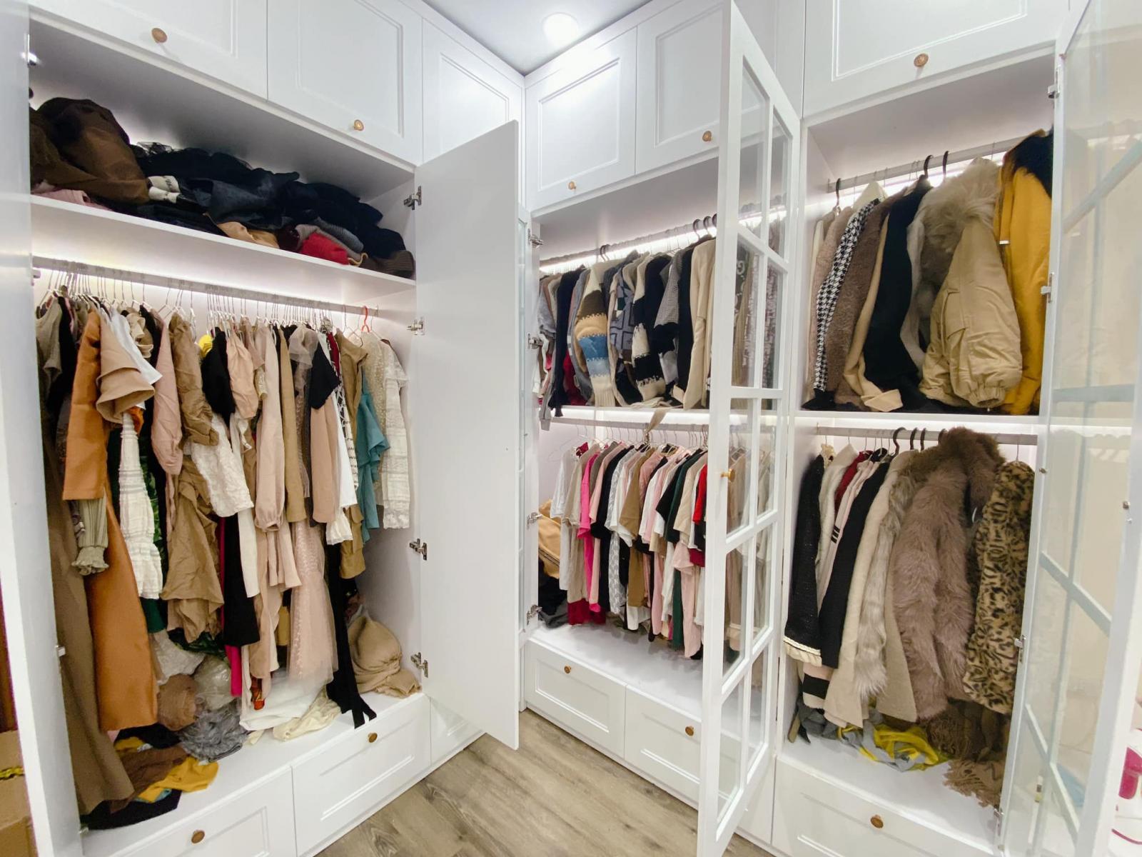 tủ quần áo với rất nhiều quần áo