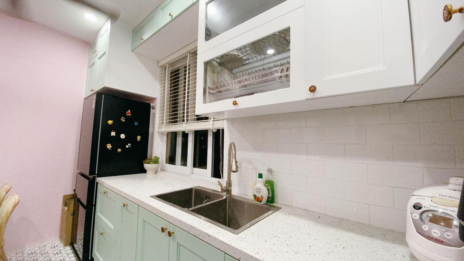 tủ lạnh, kệ bếp ở gần cửa sổ