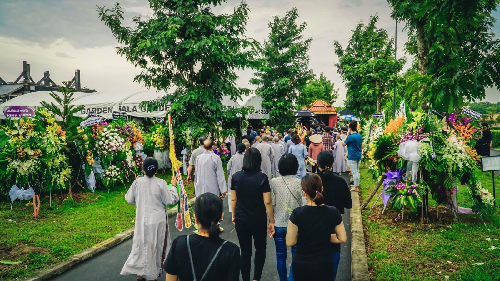 Đoàn người đến thăm viếng tại nghĩa trang Sala Garden