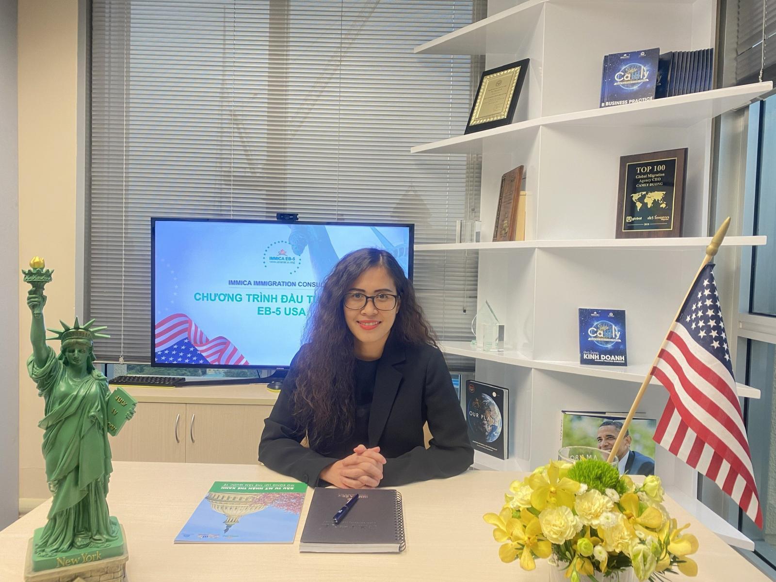 Ms. Nhài Nguyễn - Cố vấn đầu tư Immica tại bàn làm việc