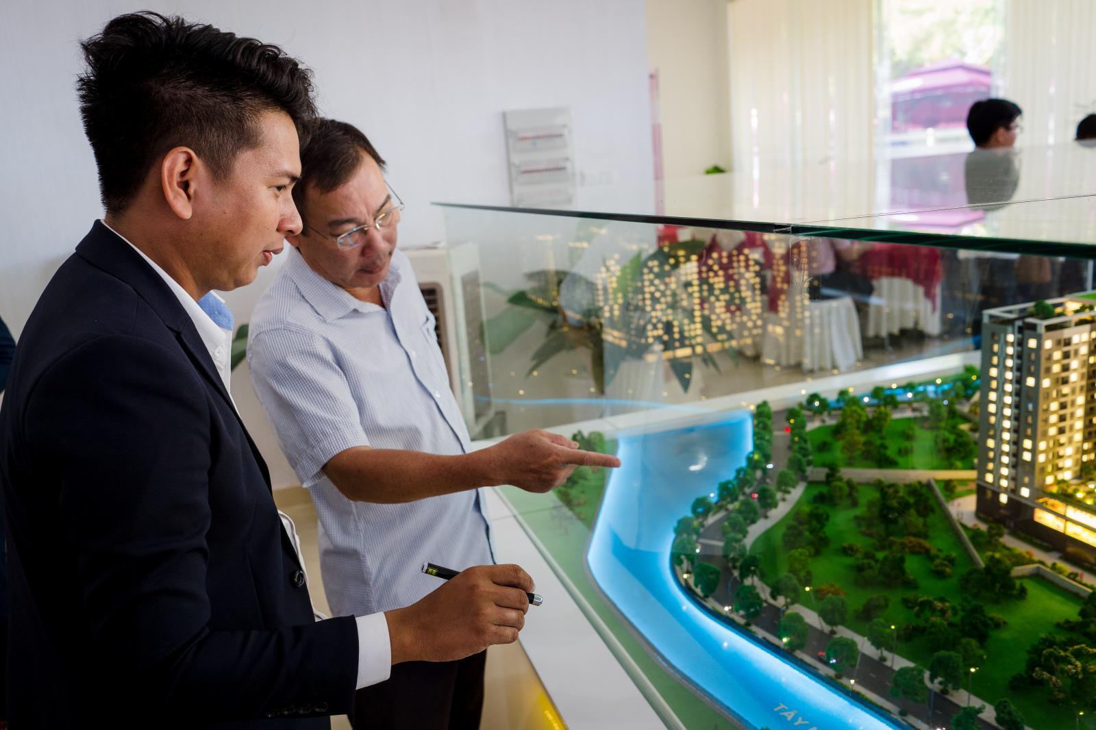Nhà đầu tư tham quan dự án