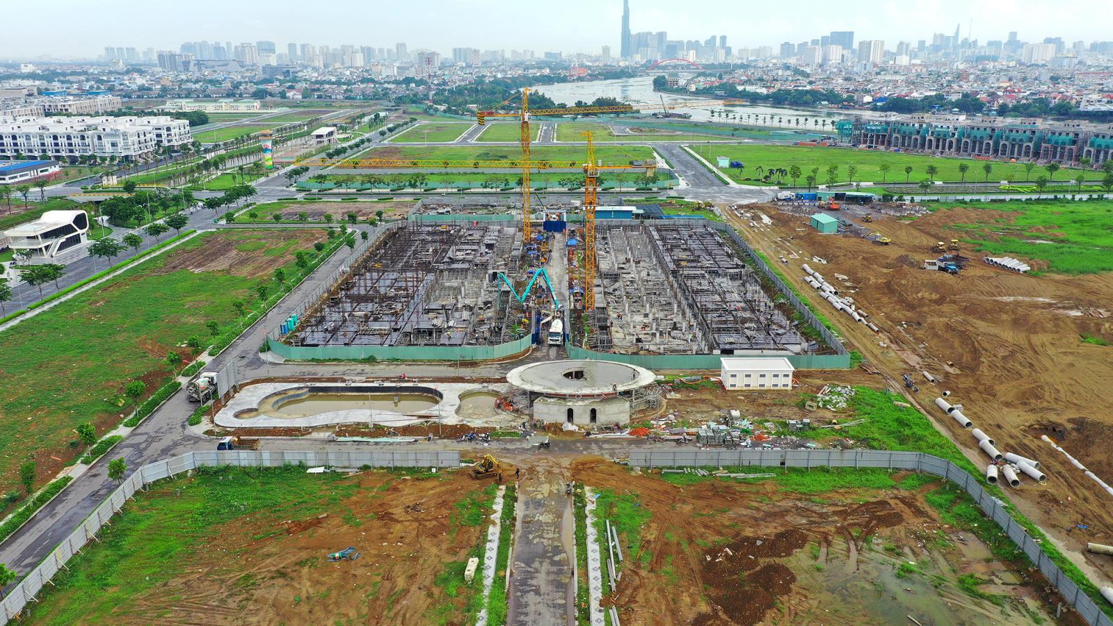 khu đất trống bên cạnh có công trình đang xây dựng