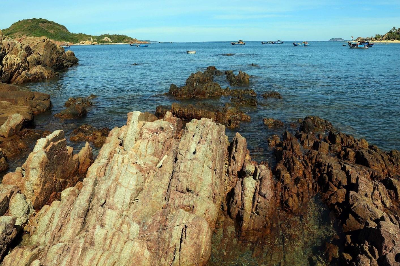 rặng đá nổi lên ở biển