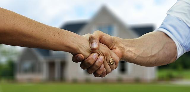 bắt tay nhau