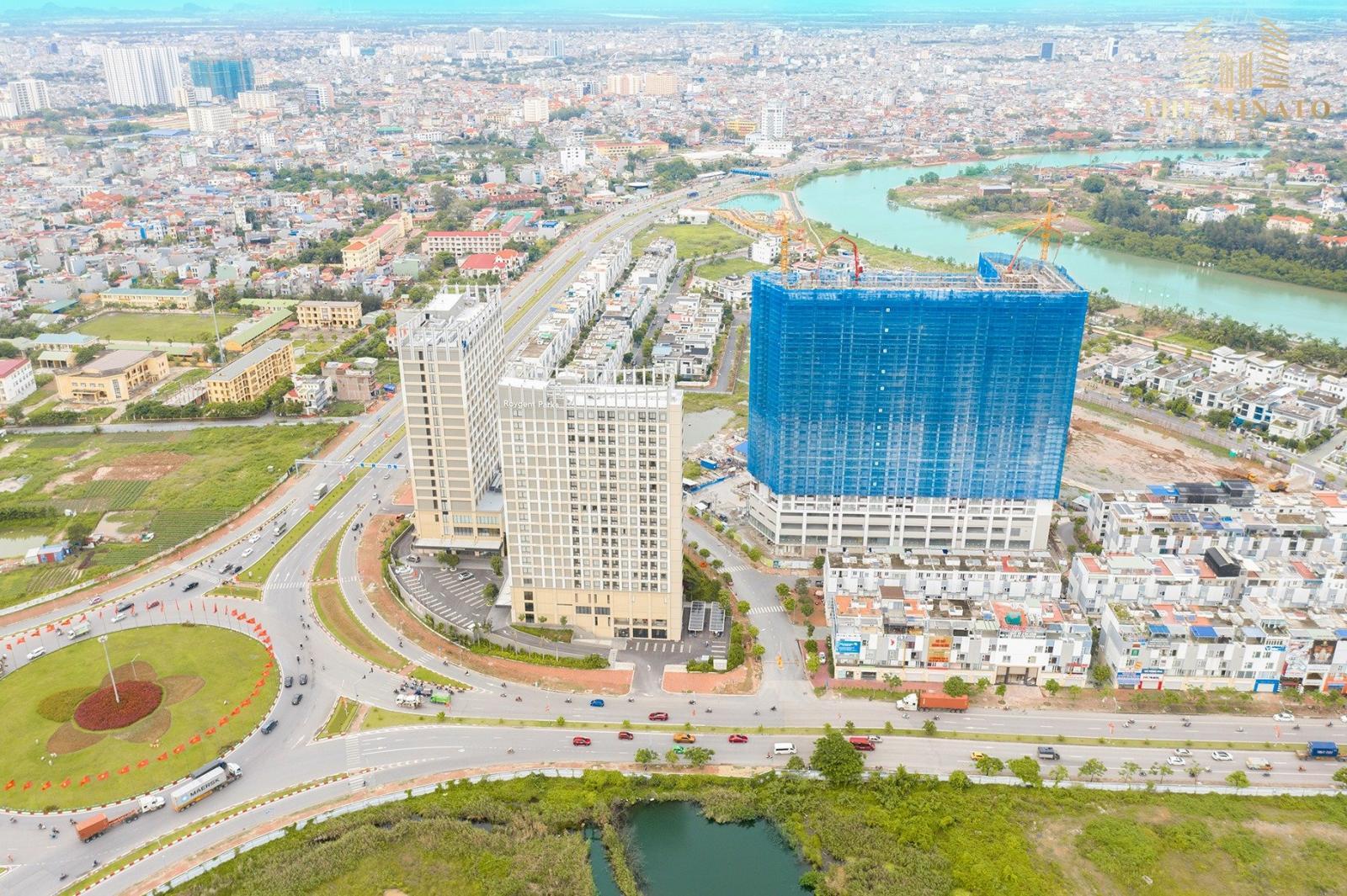 3 toà nhà cao tầng nằm cạnh đường lớn trong thành phố