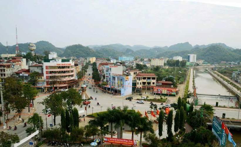 thành phố có nhiều nhà ở, đường đi và cây xanh