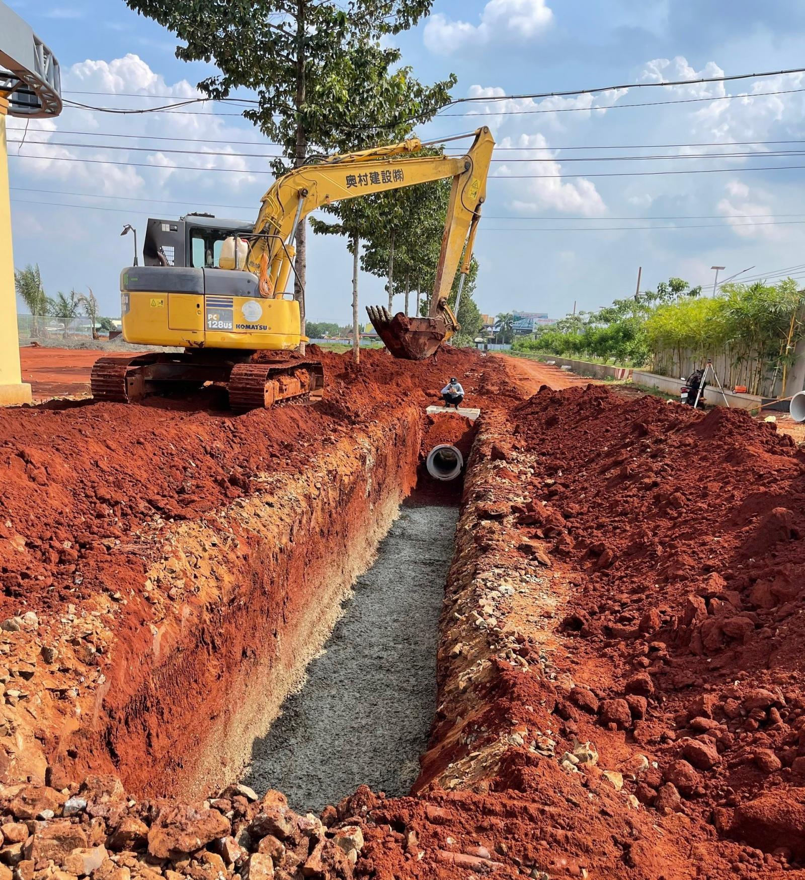 máy xúc đang đào đất