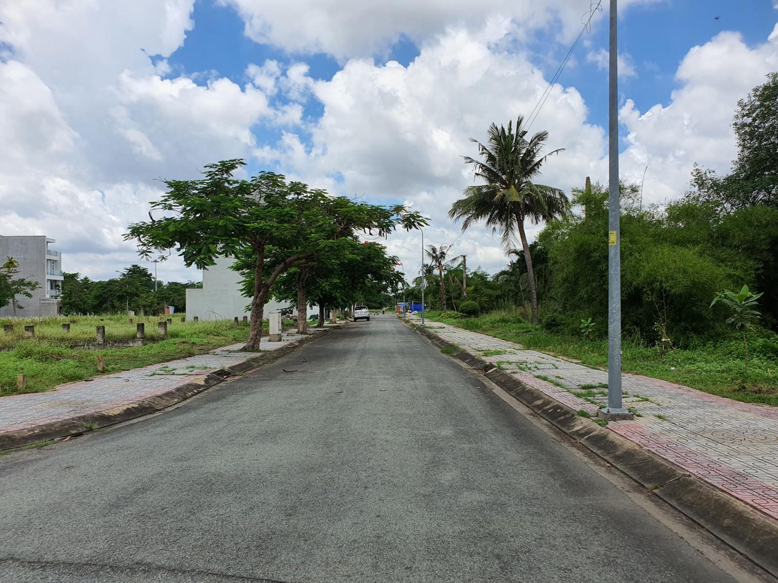 Đất nền hai bên con đường dẫn vào khu dân cư vắng vẻ