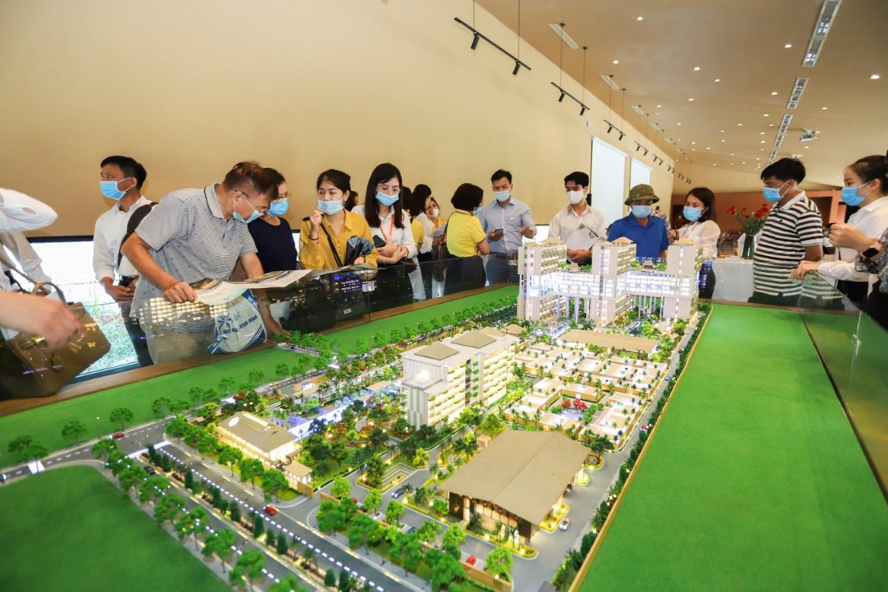 Khách hàng xem sa bàn dự án Apec Mandala Sky Villas Kim Bôi