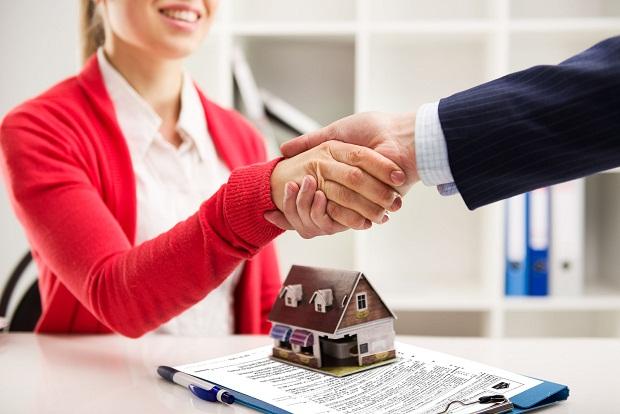 Môi giới bất động sản bắt tay kí kết hợp đồng