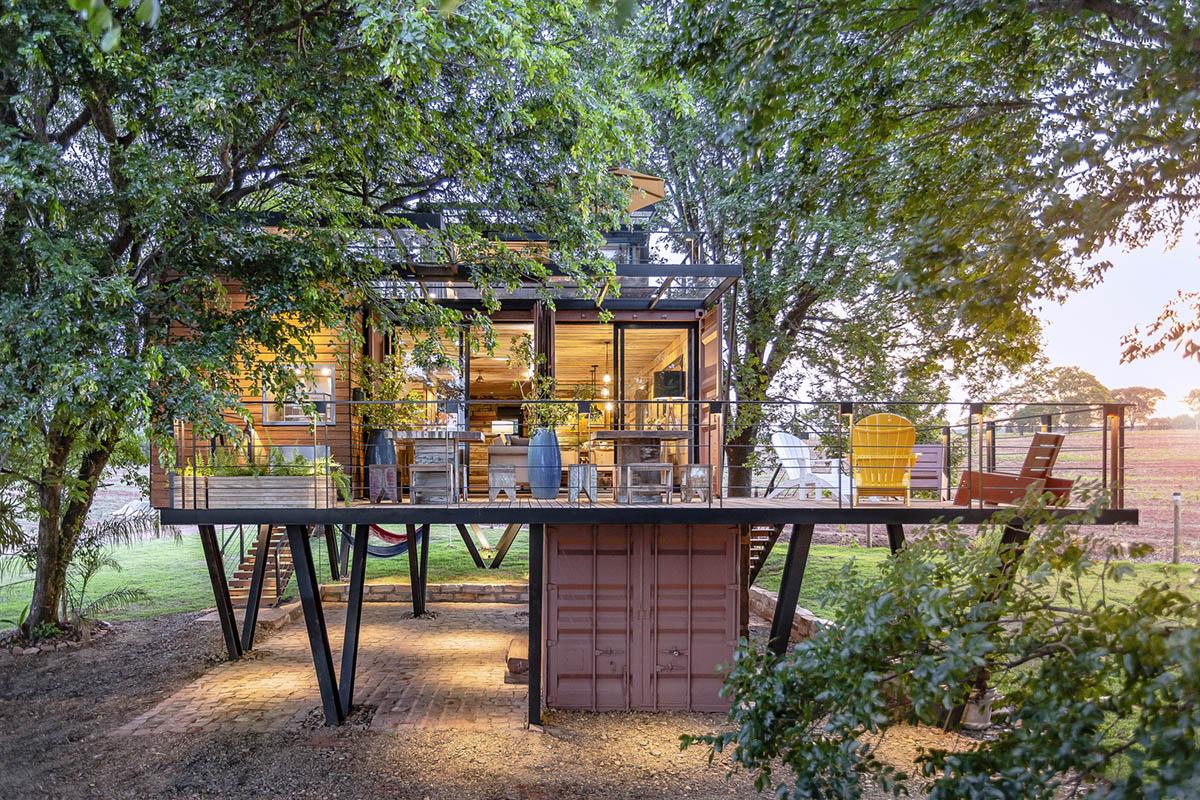 Ngôi nhà làm từ những thùng container đặt trong rừng